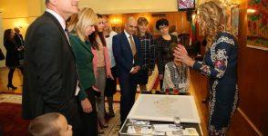 """Изложбата """"Копринена приказка"""" гостува в Народното събрание"""